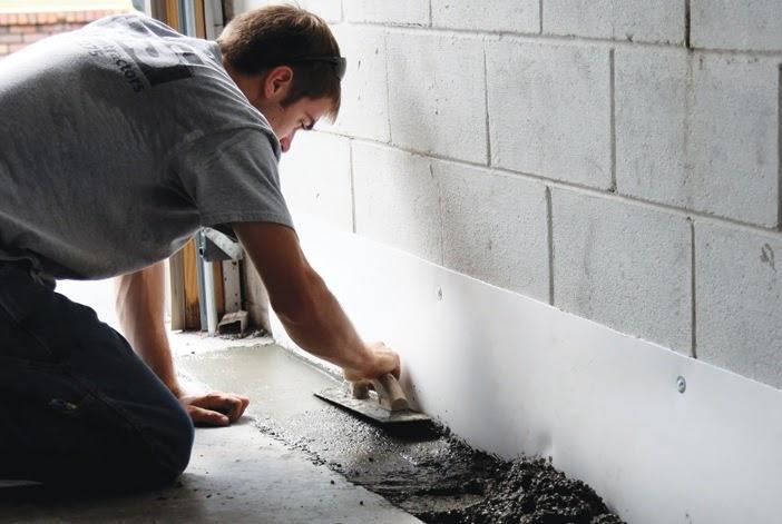 Dùng vữa chống thấm trám vết nứt tại chân tường