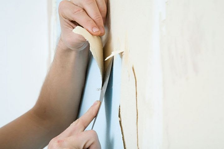 Vệ sinh bề mặt tường trước khi sơn chống thấm