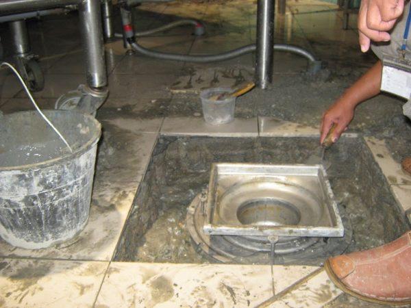 Kiểm tra cống thoát nước - khu vực dễ thấm dột sàn nhà